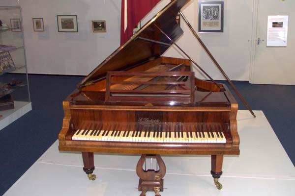 """Rakstniecības un mūzikas muzejs izstādē atklās """"Valsts pirmā flīģeļa stāstu"""""""