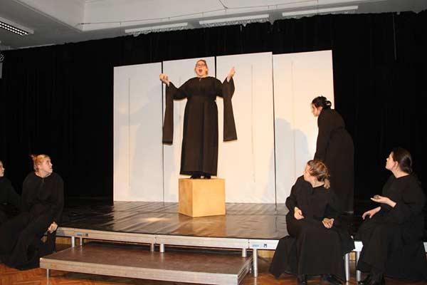 """RTA Studentu teātris """"ĶerRA"""" no 20.Latvijas studentu teātru festivāla pārved balvu"""