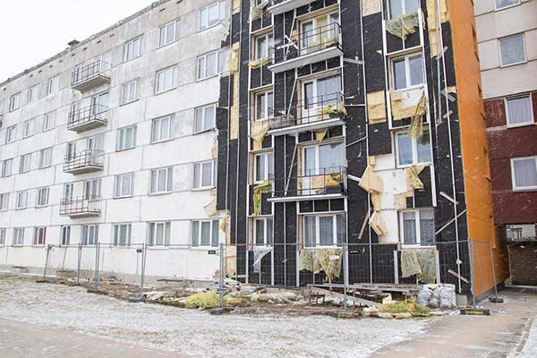 Rēzeknē kādas daudzdzīvokļu mājas siltināšana jau gadu puspabeigtā stāvoklī