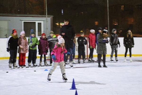 """Ziemas aktivitātes """"Graužam ledu"""" Kārsavas slidotavā aizrauj jauniešus (foto)"""