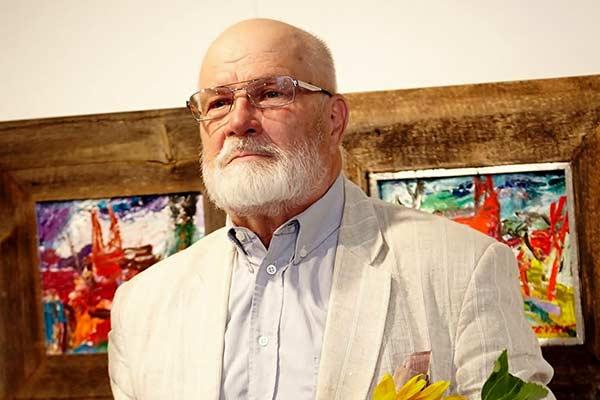 """Mākslinieks Osvalds Zvejsalnieks skatās """"Gadiem pāri"""""""