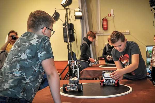 """ARPC """"Zeimuļs"""" audzēkņi pārstāv pilsētu LEGO robotikas sacensībās"""